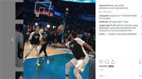 ▲柯瑞、恩比德明星賽前練習用籃球打排球。(圖/翻攝自NBA on TNT IG)