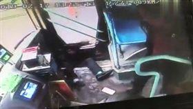 大陸,酒醉男,公車,乘客,踹飛(圖/翻攝自新浪視頻)