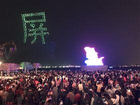 2019台灣燈會在屏東大驚奇!台灣燈會今年打造陸、海、空3D視覺饗宴,除了陸域、海域均有燈飾外,特別邀請英特爾INTEL公司無人機燈光秀在台灣首次演出,300架無人機在夜空中變化出「屏東」、「TAIWAN」等字樣,台下觀眾滿滿感動。