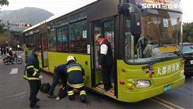台北市文化大學校門口驚傳年輕女子過馬路遭公車追撞(翻攝畫面)