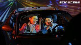 左左右右MV中體驗駕車,雖假裝開車但演得傳神。(圖/大鵬經紀娛樂大提供)