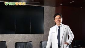 林慶雄醫師提醒,台灣人罹患肺癌不僅止與吸菸有關,更多的是長期暴露在致癌的環境中,包括二手菸或職業相關環境,同時,也需考量家族肺癌病史。