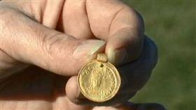 田裡挖出1500年前金幣吊墜 尋寶女誤認巧克力:差點當垃圾丟(圖/翻攝自Radjab80 YouTube)