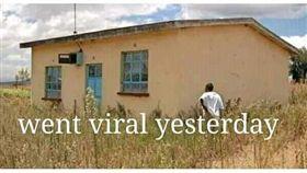 非洲肯亞一名單親男孩丹尼斯(Dennis Ngaruiya),之前在總統烏胡魯(Uhuru Kenyatta)面前朗讀詩,讓烏胡魯相當開心,承諾要送他與母親卡馬烏(Damaris Wambui Kamau)一棟房子。但房子完工後,外觀不僅有裂縫,周圍也全是雜草,讓卡馬烏傻眼,痛批房子根本像是個「半成品」。(圖/翻攝自Jarunda Jaluth Mambobiad臉書)