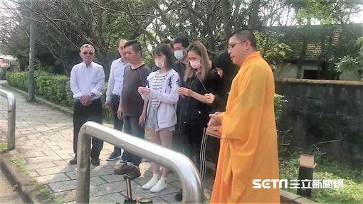 家屬重回文化大學校門口現場幫張女招魂,張父提及他見過網球國手謝政鵬(翻攝畫面)