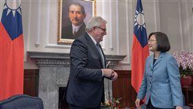總統蔡英文20日在總統府接見「歐洲議會議員訪團」,歐洲議會友台小組主席朗根(Werner LANGEN)在會中送上155名歐洲議會議員的連署的「促進台海和平與穩定聲明」。(圖/總統府提供)