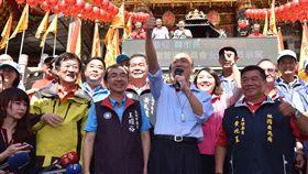 高雄市長韓國瑜今(20)日回到戶籍地林園,參拜廣應廟、發放新春福袋