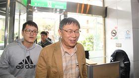 柯文哲赴台大醫院演講(1)台北市長柯文哲(右)20日下午受邀到台大醫院國際會議中心,以「企業文化與市政管理」為題發表演講。圖為柯文哲步入會場。中央社記者王飛華攝 108年2月20日