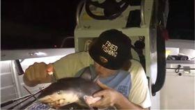 影/拿幼鯊當菸斗吞雲吐霧 澳漁夫引眾怒「根本瘋了!」 圖/翻攝自yt
