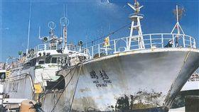 屏東喋血漁船被迫跳海船員 友船救援中屏東東港籍大型漁船「穩鵬號」20日凌晨發生海上喋血,1名菲律賓船員疑似持刀砍死1名船員,另1名船員重傷,其他被迫跳海船員由友船救援中。(東港區漁會提供)中央社記者郭芷瑄傳真 108年2月20日