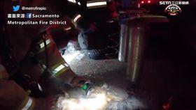 ▲消防員在滿是濃煙的屋內尋找小狗「Dicky」。(畫面來源/Sacramento Metropolitan Fire District)