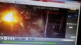 疑似想不開跳熔爐輕生!印度一名工人在工作期間突然跳進熔爐裡,當場被大火燒到焦黑。死者在印度布羅奇(Bharuch)的一家鍛造廠工作,是穆扎法爾納加爾人(Muzaffarnagar),疑似壓力太大竟跳熔爐輕生。(圖/翻攝自news18)