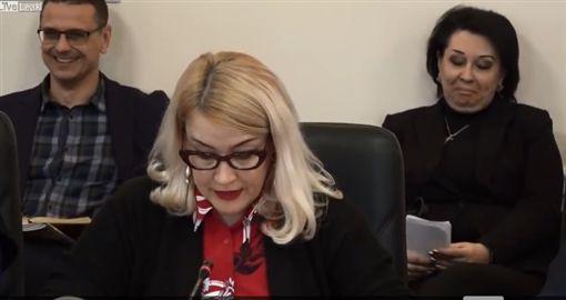 上班不煩悶,開會不無聊!烏克蘭一群上班族日前開會時,會議室內突然傳出一陣女性「啊啊~啊~」的叫春聲,頓時震醒全場,讓煩悶的開會出現另類的「高潮」時光。(圖/翻攝自Liveleak)