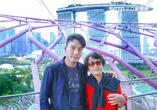 張信哲年節陪父母、家人同遊新加坡。(圖/潮水音樂提供)