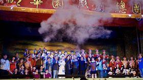 韓國瑜17日晚間出席明華園總團表演