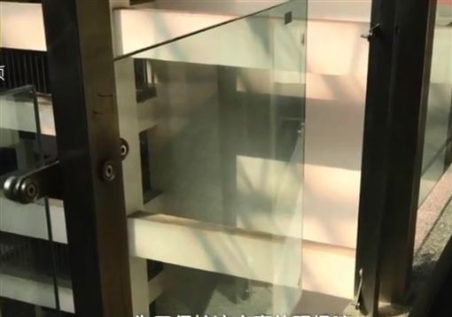 倚靠鬆脫玻璃護欄,5歲童墜樓亡。(圖/翻攝自微博)