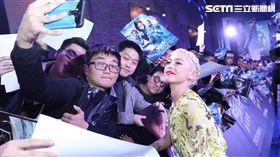 《艾莉塔:戰鬥天使》羅莎薩拉查出席北京首映 親切合照。(圖/福斯提供)