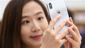 iPhone X在台開賣(1)iPhone X 3日在台開賣,許多民眾前往台北101購物中心的Apple直營店試用手機功能。中央社記者吳翊寧攝 106年11月3日