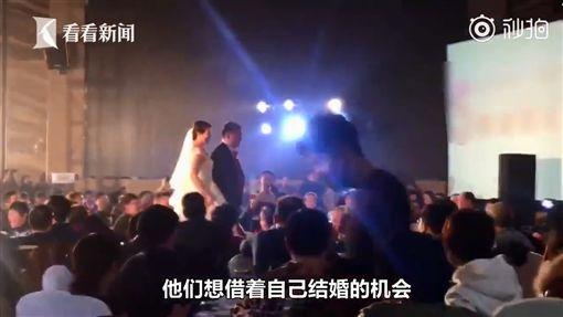 婚禮會場出現「3位新娘」…得知真相所有人感動哭了(圖/翻攝自看看新聞)