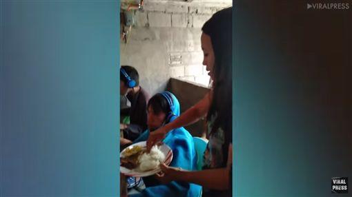 兒沉迷電玩泡網咖,母端早餐站旁邊餵食/翻攝自Viral Press YouTube