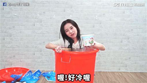 奎丁Zamy決定用冰桶解辣法吃麻辣乾麵。(圖/奎丁Zamy臉書授權)