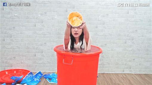 泡在冰桶中的奎丁成功完食。(圖/奎丁Zamy臉書授權)