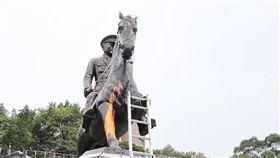 政大蔣中正騎馬銅像遭噴漆鋸馬腳(1)政治大學後山的前總統蔣中正騎馬銅像,22日清晨遭人噴漆、鋸斷馬腳,警方前往進行蒐證調查。中央社記者郭日曉攝  108年2月22日