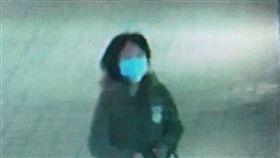 台南大林國宅商圈傳凶殺 婦遭刺4刀送醫台南市南區大林國宅商圈22日驚傳凶殺案,一名68歲林姓婦人開車外出,下車後在人行道上突然遭到年約30多歲的女子(圖)刺殺4刀,緊急送醫。警方已公布影像及相片,將全力緝凶。(翻攝相片)中央社記者張榮祥台南傳真 108年2月22日