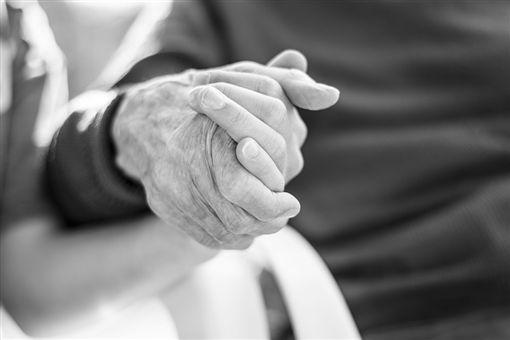 老人,牽手,爺爺,奶奶(示意圖/翻攝自Pixabay)
