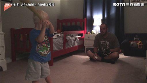 ▲父子倆在房間裡練習打棒球。(圖/AP/Jukin Media授權)