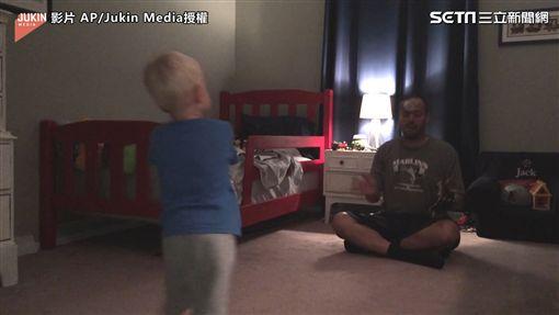 ▲▼寶寶擊中爸爸的瞬間。(圖/AP/Jukin Media授權)