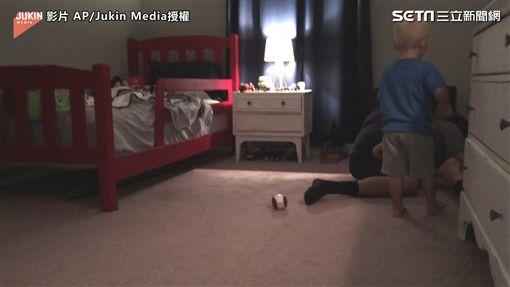▲寶寶不忘去安慰被打中而痛苦的爸爸。(圖/AP/Jukin Media授權)