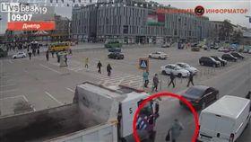 烏克蘭,車禍,路人遭砂石車輾斃(圖/翻攝自《Liveleak》)