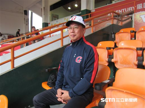 ▲樂天巨人團長李允遠在台南球場受訪。(圖/記者蕭保祥攝影)