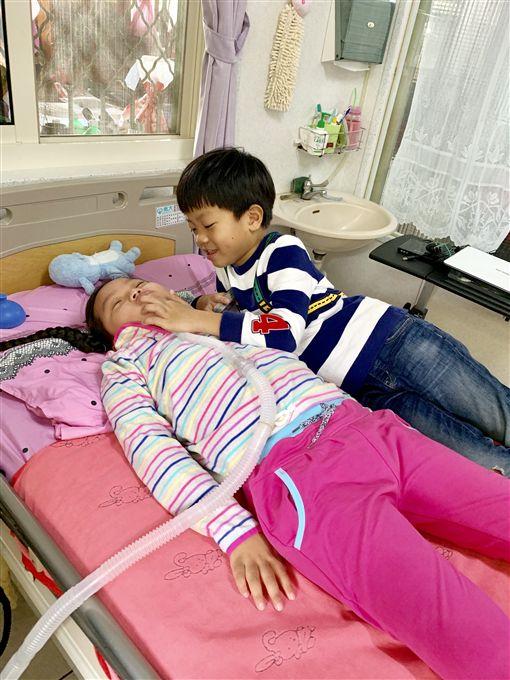 車禍癱瘓女童珣珣(記者郭奕均攝影)