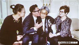 傅達仁、傅俊豪和遺孀鄭貽 圖/記者林士傑攝影
