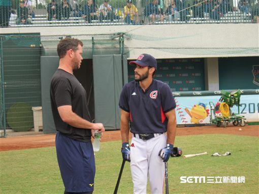 ▲中信兄弟左投Nick Additon(艾迪頓)與樂天巨人野手Carlos Asuaje賽前聊天。(圖/記者蕭保祥攝影)