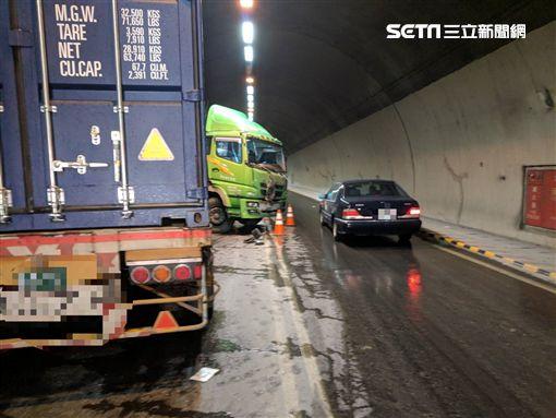 新北市,五股,台64,觀音山隧道,曳引車,打滑