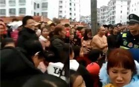 中國大陸,男女約炮遭動用私刑綁在大樹上(圖/翻攝自記錄中國臉書社團)