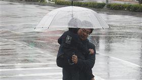 冷氣團發威 北台灣整天濕冷中央氣象局24日表示,受華南雲雨區影響,各地降雨機率高,其中北部、東北部地區及中部山區有局部較大雨勢,北台灣下雨時間長,整天感受濕冷,外出請多留意天氣變化。中央社記者張新偉攝 108年2月24日