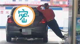 加油站人員表演「睡夢羅漢拳」。(圖/翻攝自爆廢公社)