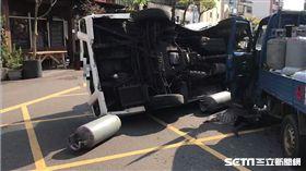 彰化瓦斯小貨車撞護理之家廂型車/翻攝畫面