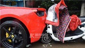 女大生騎車導航撞上法拉利,維修費要92萬。(圖/翻攝都市快報)