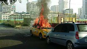 高雄,計程車,火燒車,焦屍,瓦斯桶(圖/翻攝畫面)