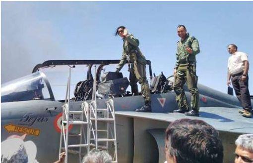 ▲辛度(左)準備進入戰鬥機。(圖/翻攝自Dailyhunt網站)