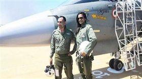 ▲辛度(右)與飛行員合照。(圖/翻攝自Dailyhunt網站)