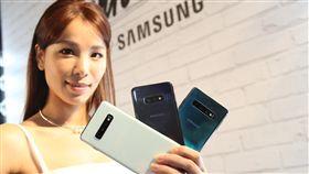 三星S10系列手機(3)適逢Galaxy十週年,三星21日發表新款S10系列手機,主打infinity O全螢幕和全球首款超聲波螢幕指紋辨識的手機,3月8日起陸續開賣。中央社記者張新偉攝 108年2月21日