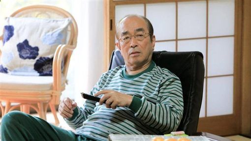 志村健透露現在生活相當簡單,早、午餐都自己煮點青菜吃。(圖/翻攝自臉書)