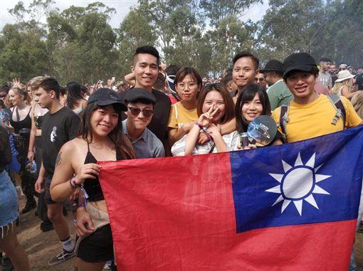台灣人澳洲電音派對高舉國旗,引發中國人不滿。(圖/翻攝自爆怨公社)