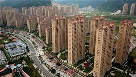 配合中央政策  深圳宣布打擊房產新政中共政治局近日提出遏制房價上漲政策的同時,遠在南方的深圳市提出多項打擊房地產市場炒作的新措施,包括定期禁售和限貸等。圖為中國大陸正在開發的一處房地產。(中新社提供)中央社  107年8月1日